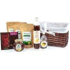 Zestaw herbat i słodkości w brązowym koszu prezentowym